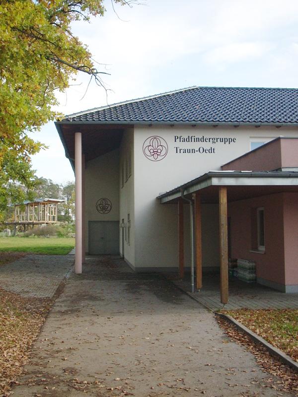 Auf der Rückseite des Pfarrsaales findet man die Räumlichkeiten der Pfadfindergruppe Traun-Oedt