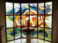 Die Glasfenster vom Braunauer Prof. Hans Plank und der Taufbrunnen von Prof. Peter Dimmel